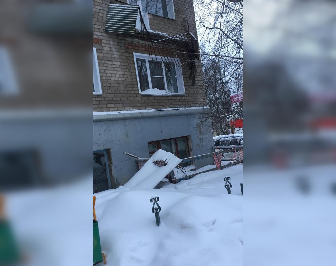 В Кирово-Чепецке из-за схода снега с крыши обрушился балкон