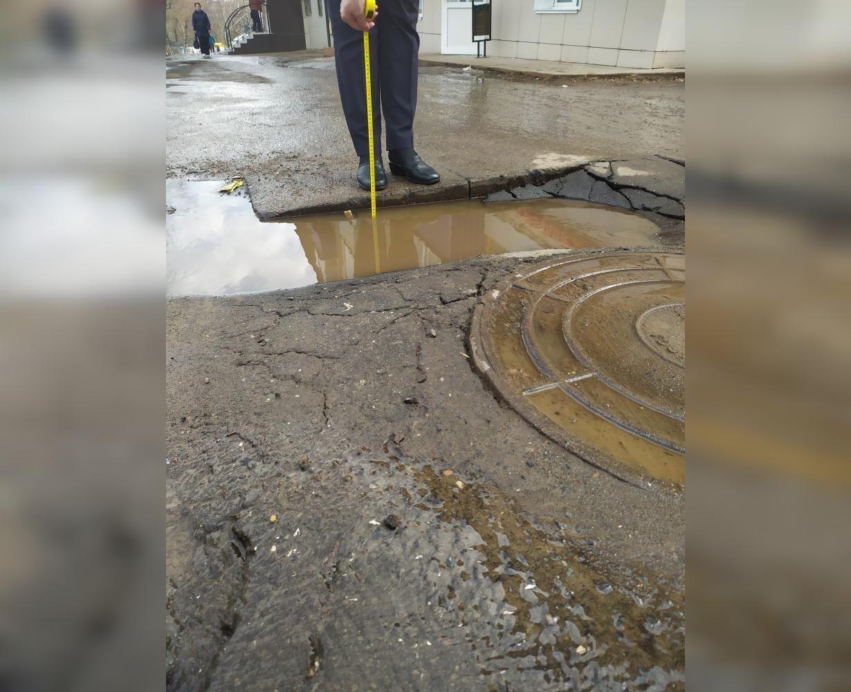 На центральной улице Кирово-Чепецка провалился асфальт