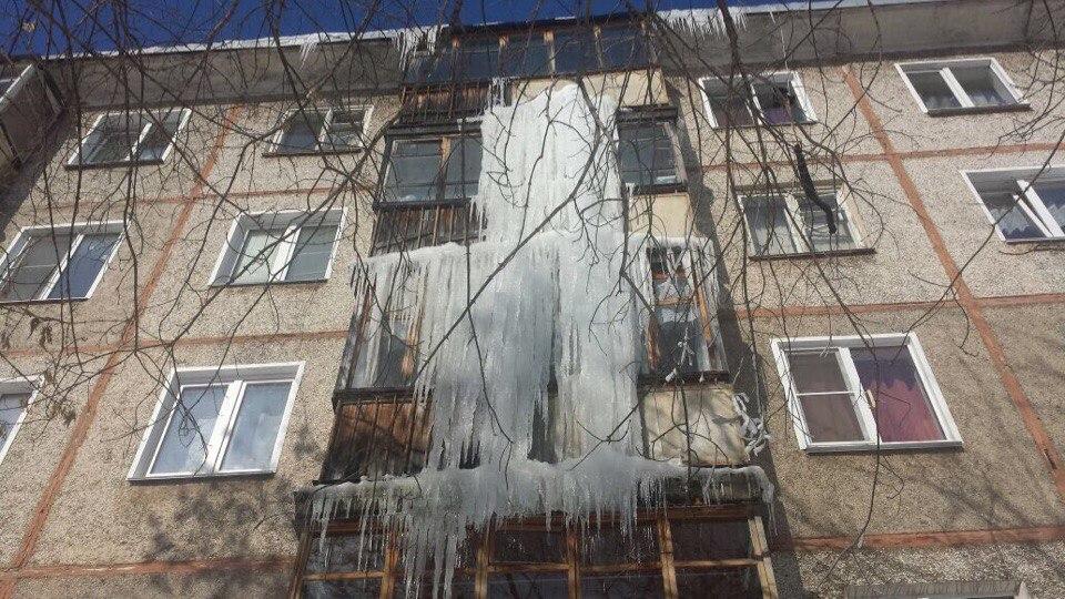 Сосульки на крышах домов в Кирово-Чепецке: куда сообщать о проблемах