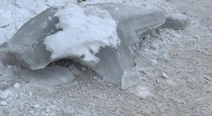 Опасные крыши: женщина едва не погибла от падения ледяной глыбы с крыши