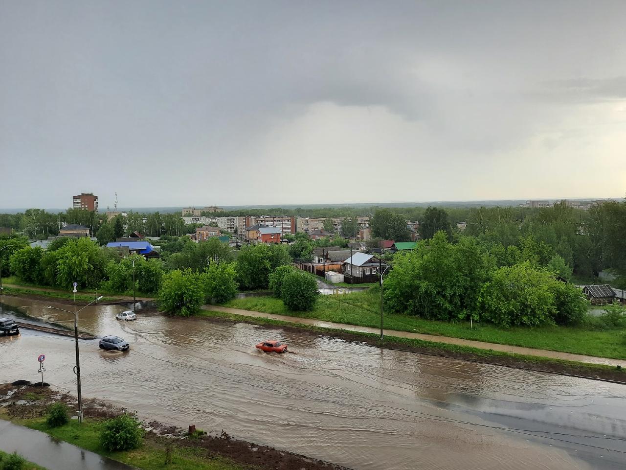 Машины теряют бамперы и номера: после грозы в Кирово-Чепецке затопило несколько улиц