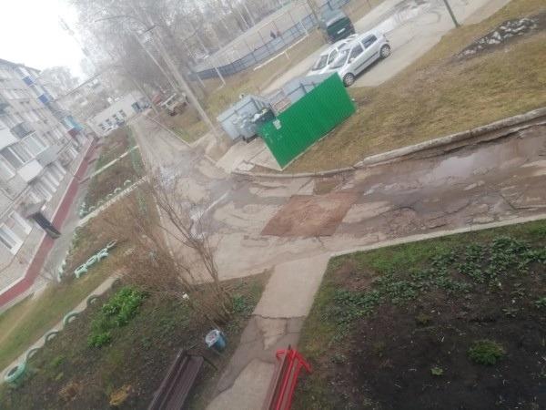 Чепчане обсуждают яму, прикрытую ковром, в одном из дворов города