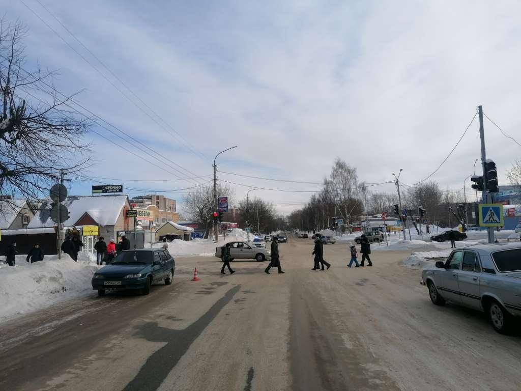 В Кирово-Чепецке на перекрестке столкнулись автомобили: пострадала женщина