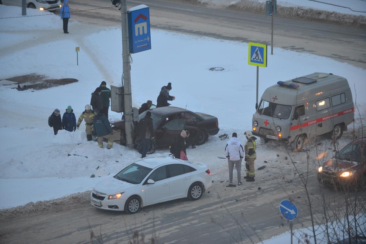 В Кирово-Чепецке лоб в лоб столкнулись иномарки: есть пострадавшие
