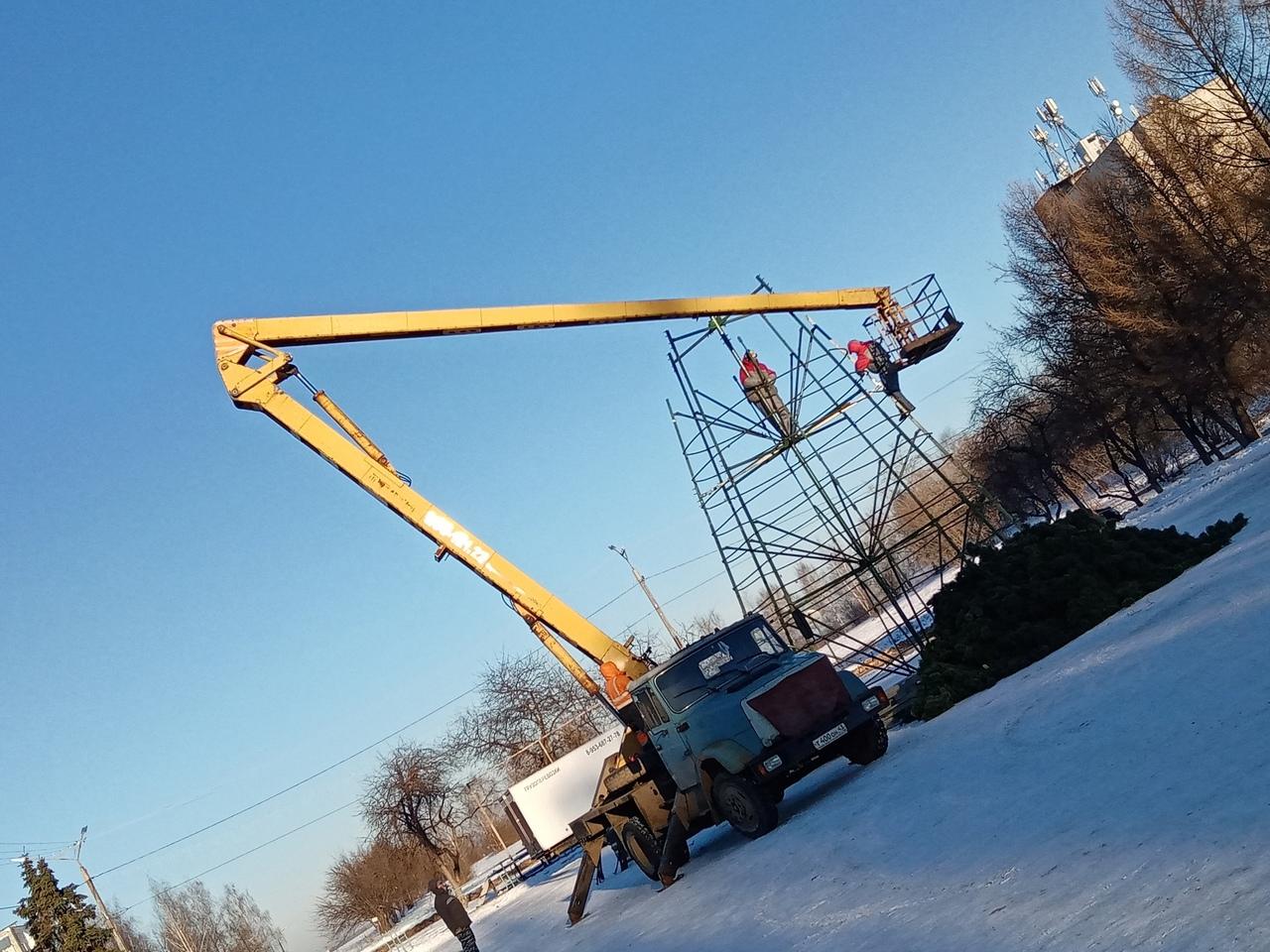 Фото дня: в Кирово-Чепецке начали устанавливать главную городскую елку