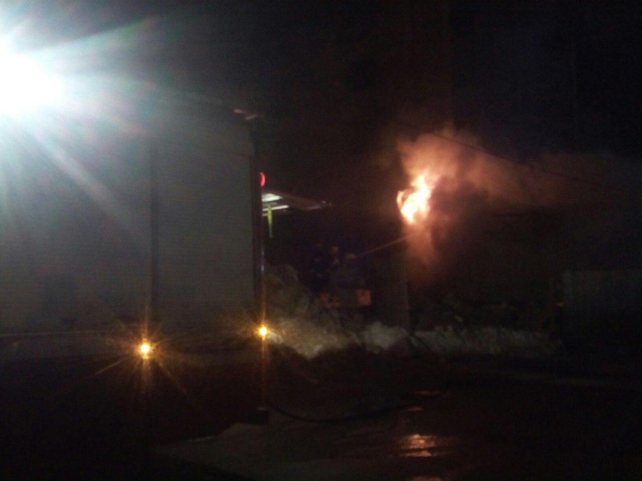 Очевидцы: «Вечером за магазином на проспекте России полыхал гараж»