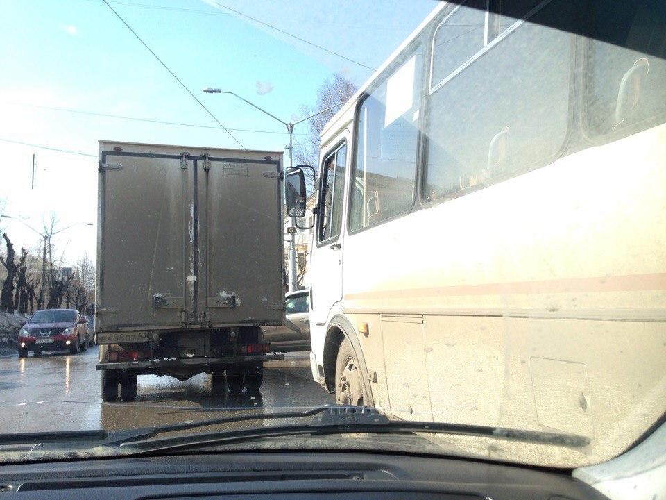 В центре Кирово-Чепецка столкнулись пазик и «Газель»