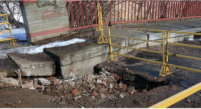 В Чепецке яму на мосту засыпали строительным мусором