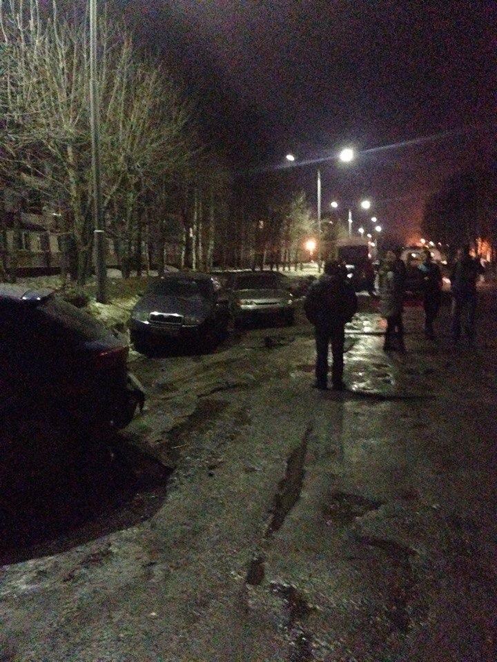 В Чепецке у церкви водитель BMW на высокой скорости въехал в 4 припаркованных авто