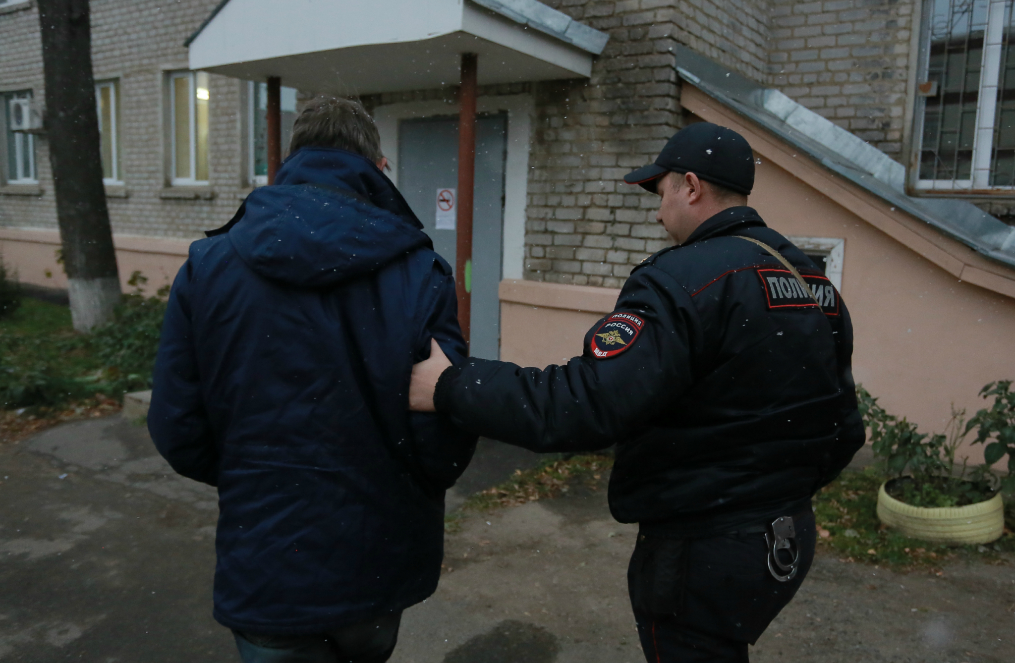В Чепецке ночью мужчина вынес из кафе сейф с деньгами