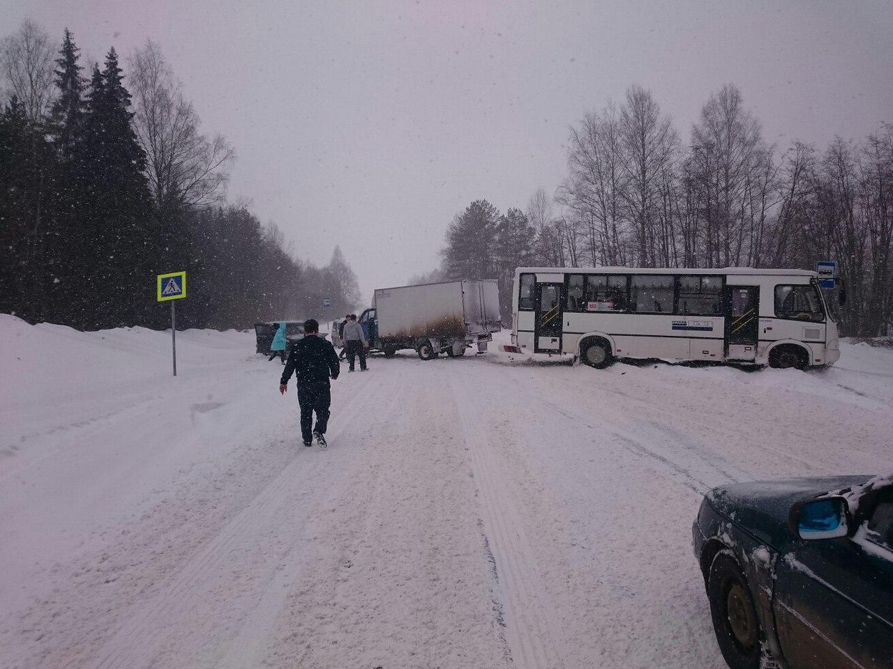 По дороге в Кирово-Чепецк столкнулись автобус 103 маршрута и две машины