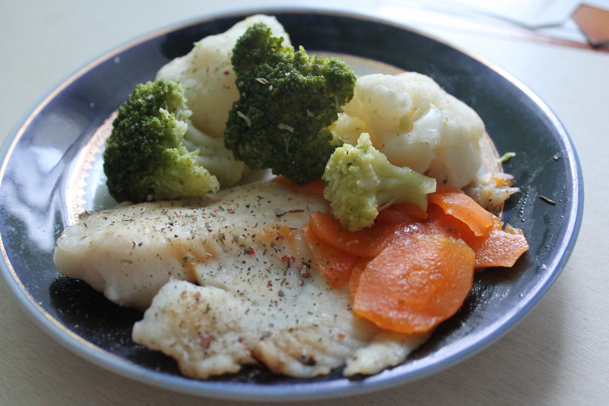 Едим правильно: тилапия на пару с овощами