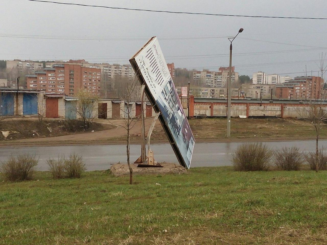 Ураган снес рекламные щиты в Кирово-Чепецке