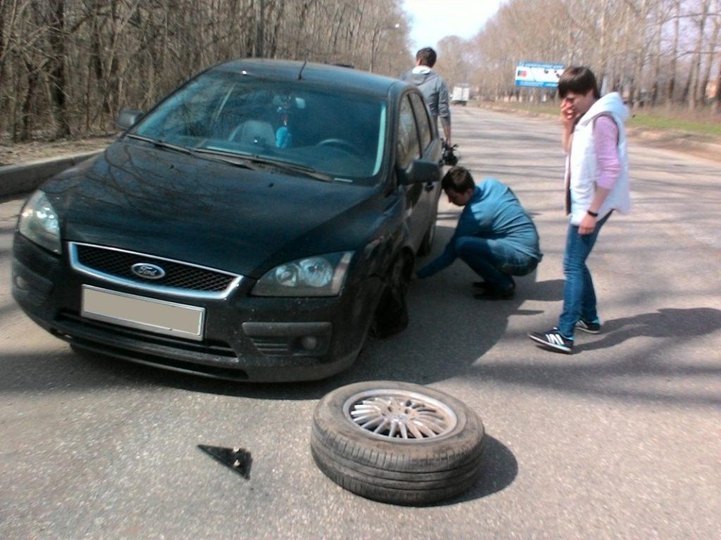 На Заводской у иномарки во время движения отпало колесо