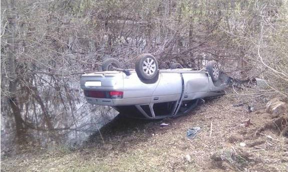 В Чепецке авто перевернулось на берегу реки: информация о пострадавших