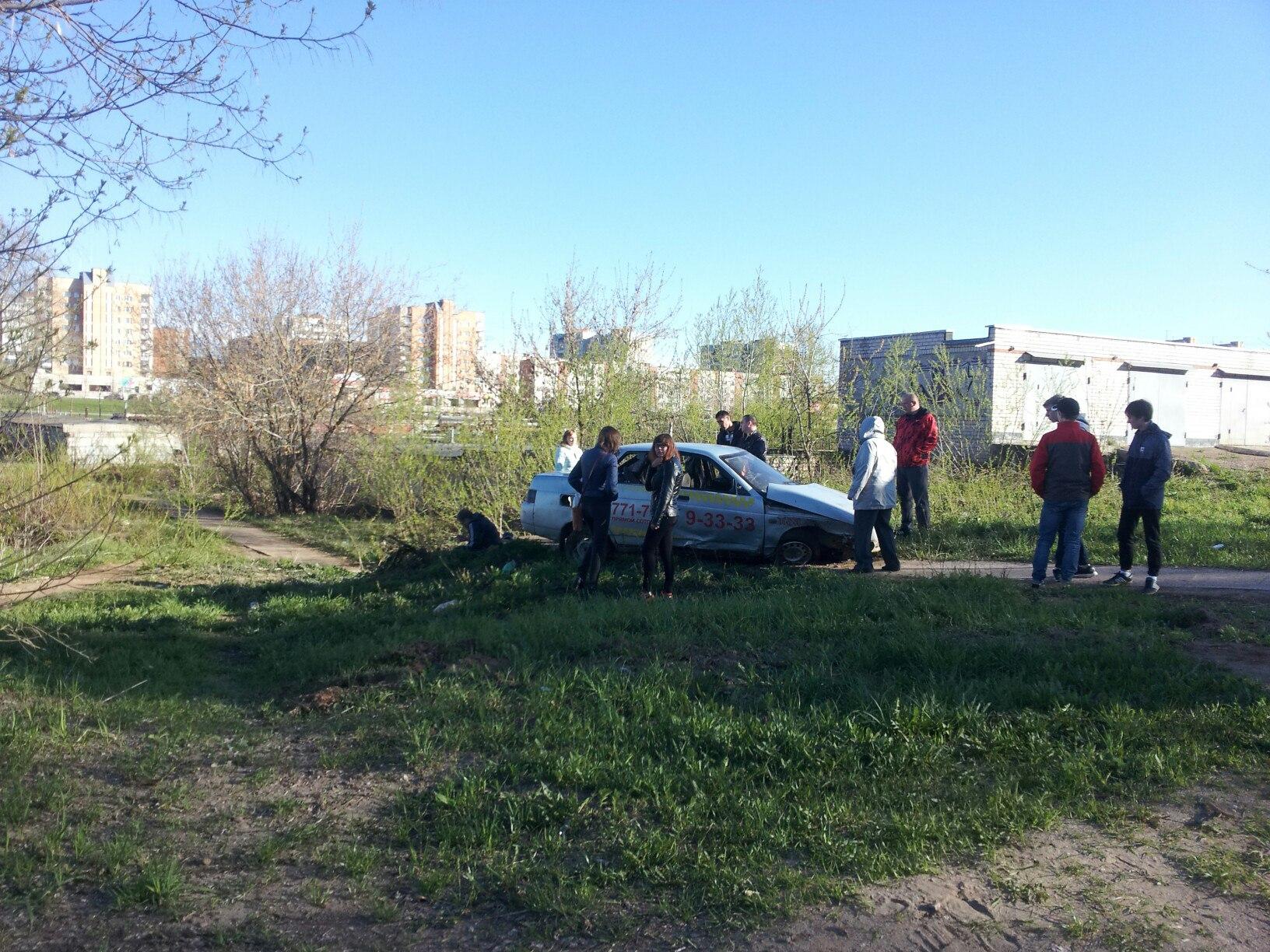 В Чепецке такси улетело в кювет: за рулем был пьяный водитель