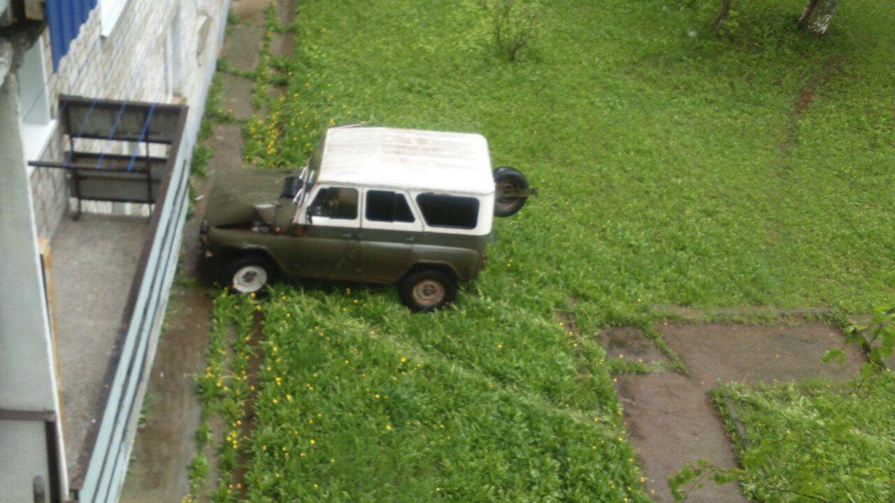 """В Чепецке """"УАЗ"""" съехал на газон и врезался в стену"""