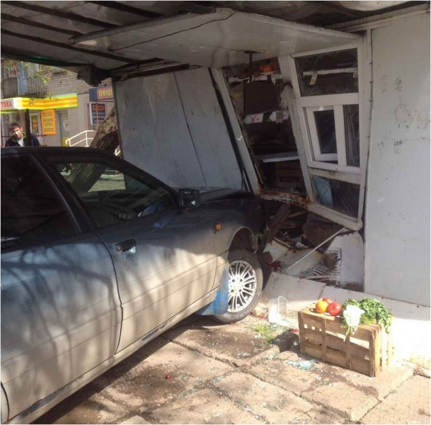 В Кирово-Чепецке автомобиль врезался в ларек