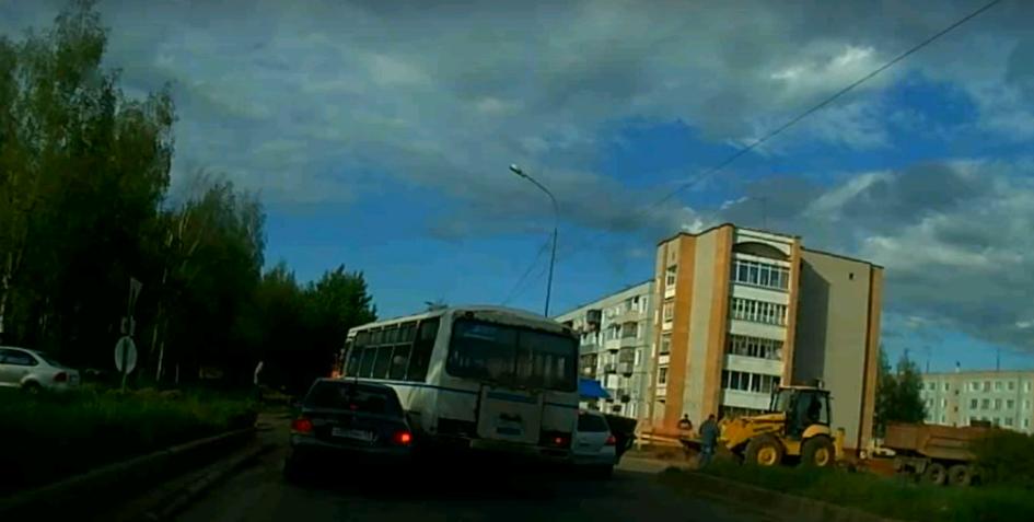 В Чепецке на улице Луначарского пазик с пассажирами столкнулся с легковушкой