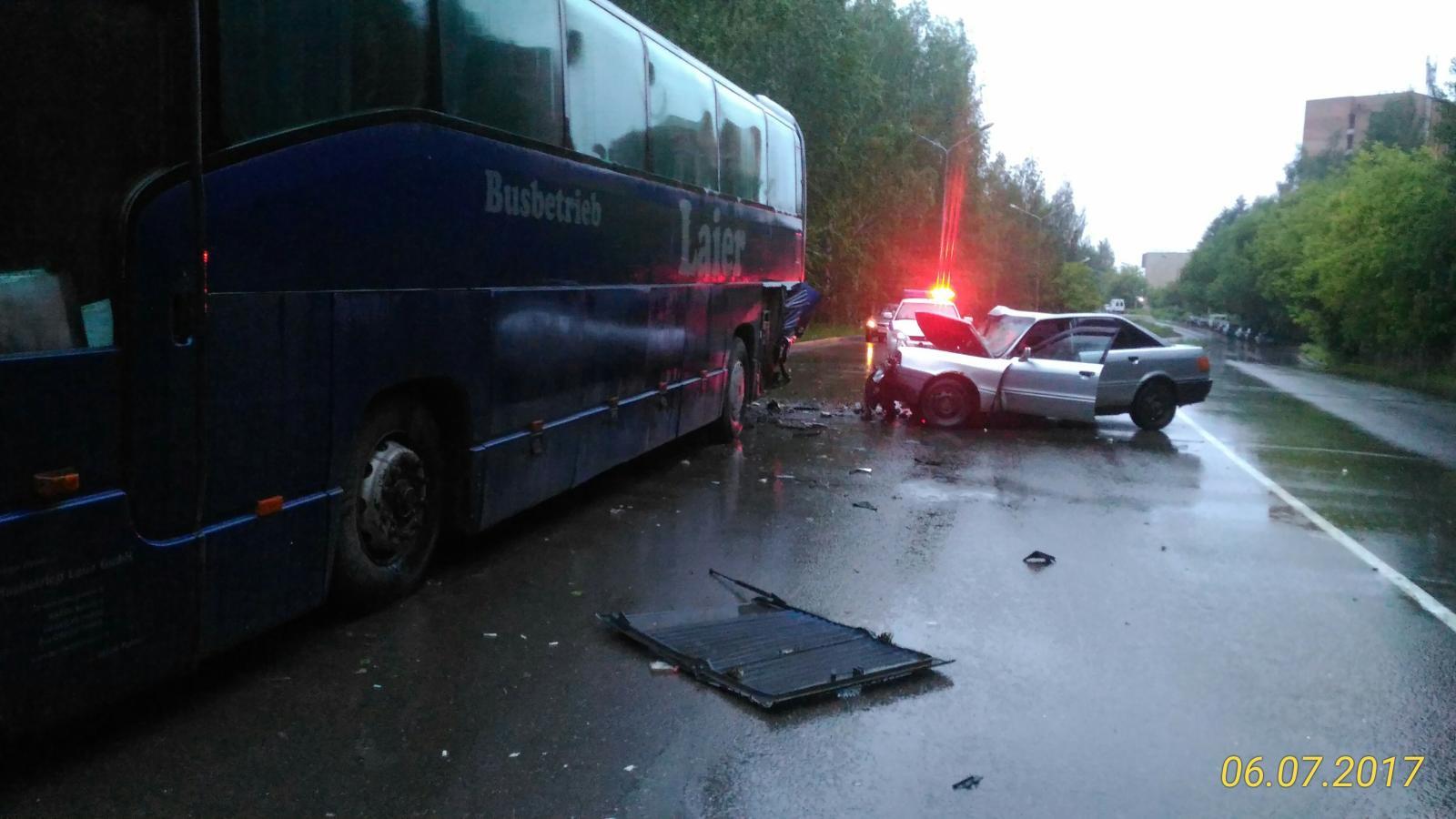 В Чепецке водитель Audi отвлекся во время движения и врезался в автобус