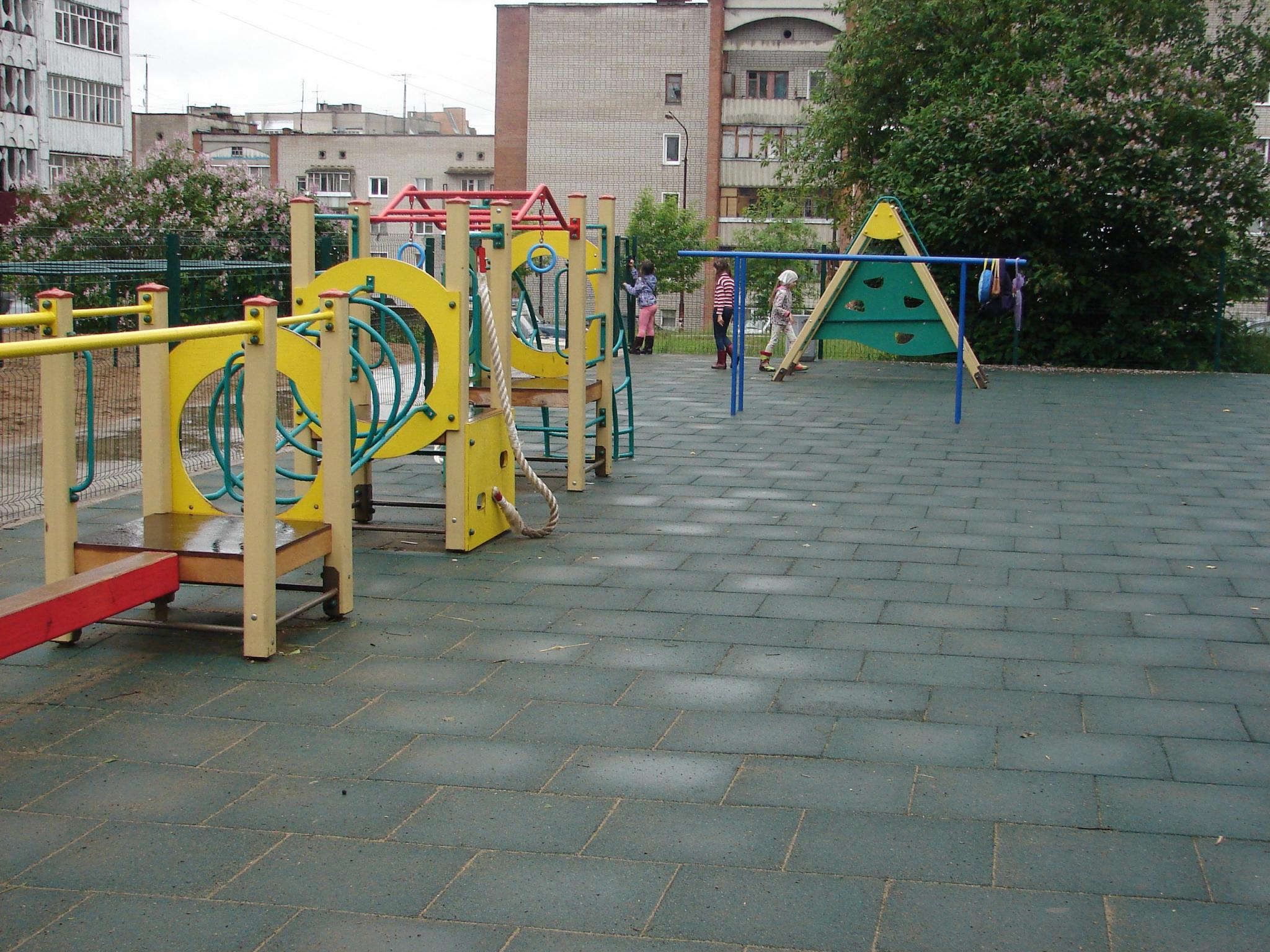 На детской площадке на Первомайской травмировался подросток