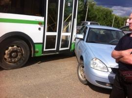 В Кирово-Чепецке автобус столкнулся с легковушкой