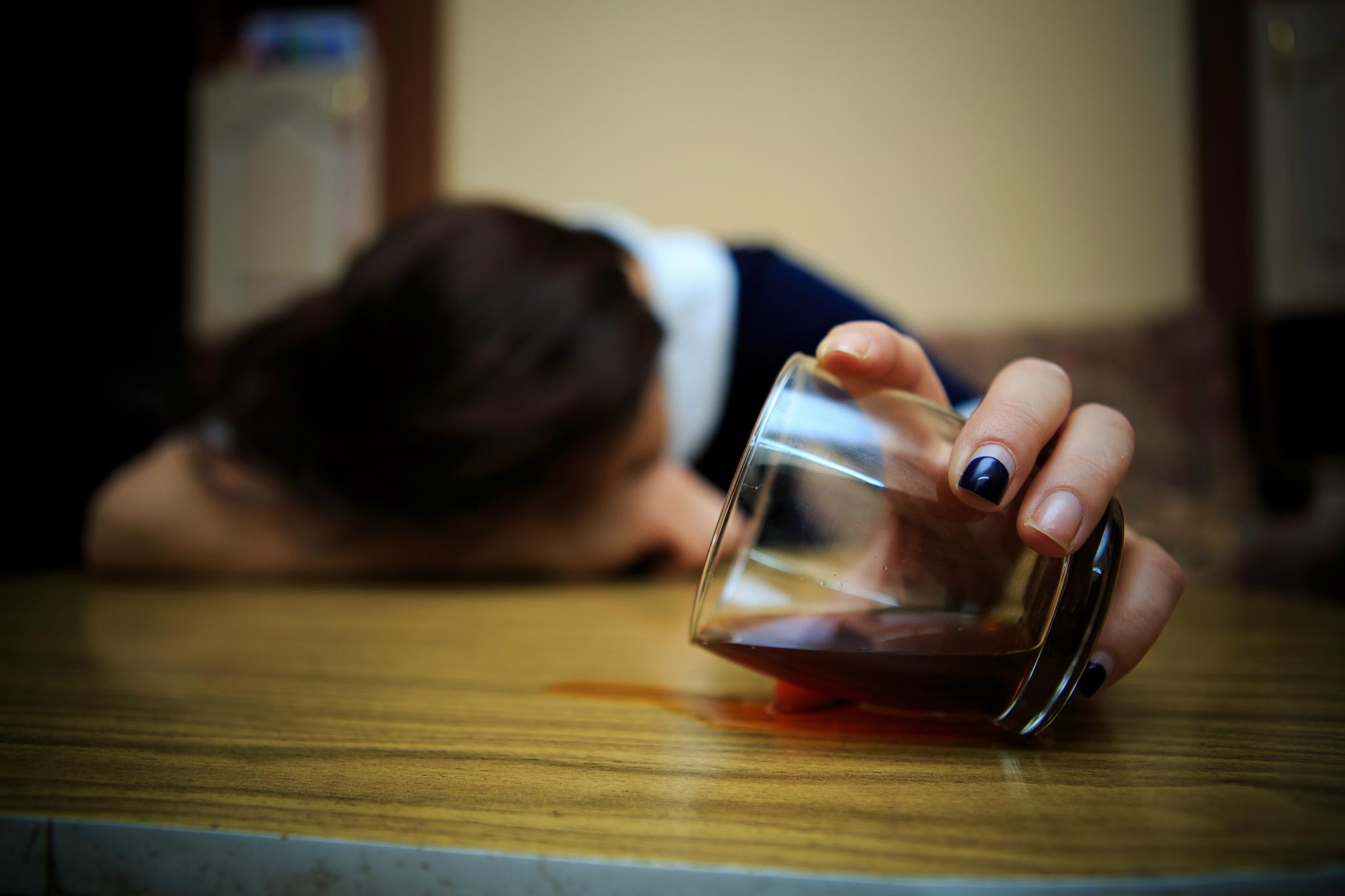 В Чепецке пенсионерка спаивала двух несовершеннолетних девушек
