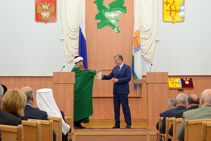 Подарки для губернатора: Игорю Васильеву подарили плетку и мешочек денег