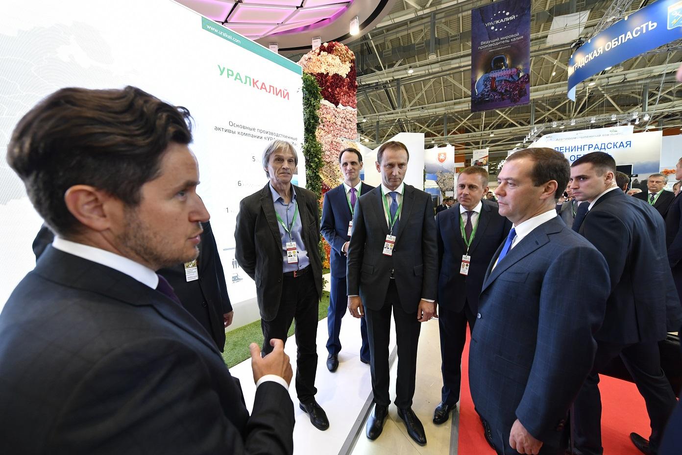 Дмитрий Медведев посетил стенд компании «УРАЛХИМ» на выставке «Золотая осень»  и ознакомился с инновационными проектами Фонда «Сколково»