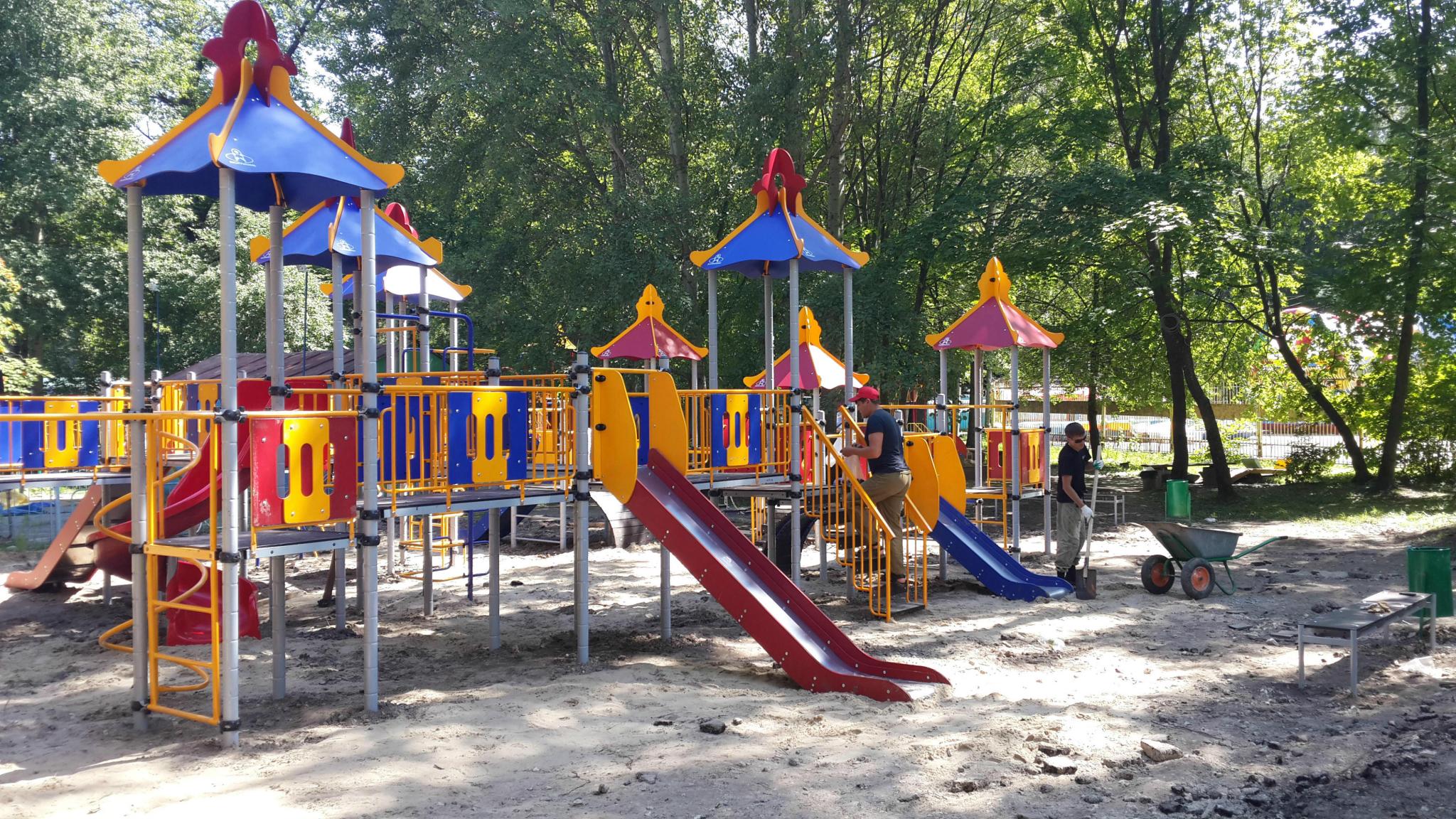В Чепецке открыли две новые детские площадки