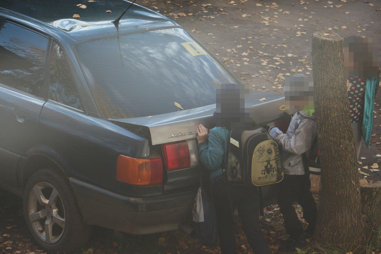 Очевидцы: «На проспекте Мира школьники вскрывают припаркованные машины»