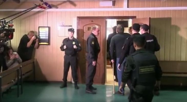 Перед заседанием суда по делу Никиты Белых активистки оголили грудь