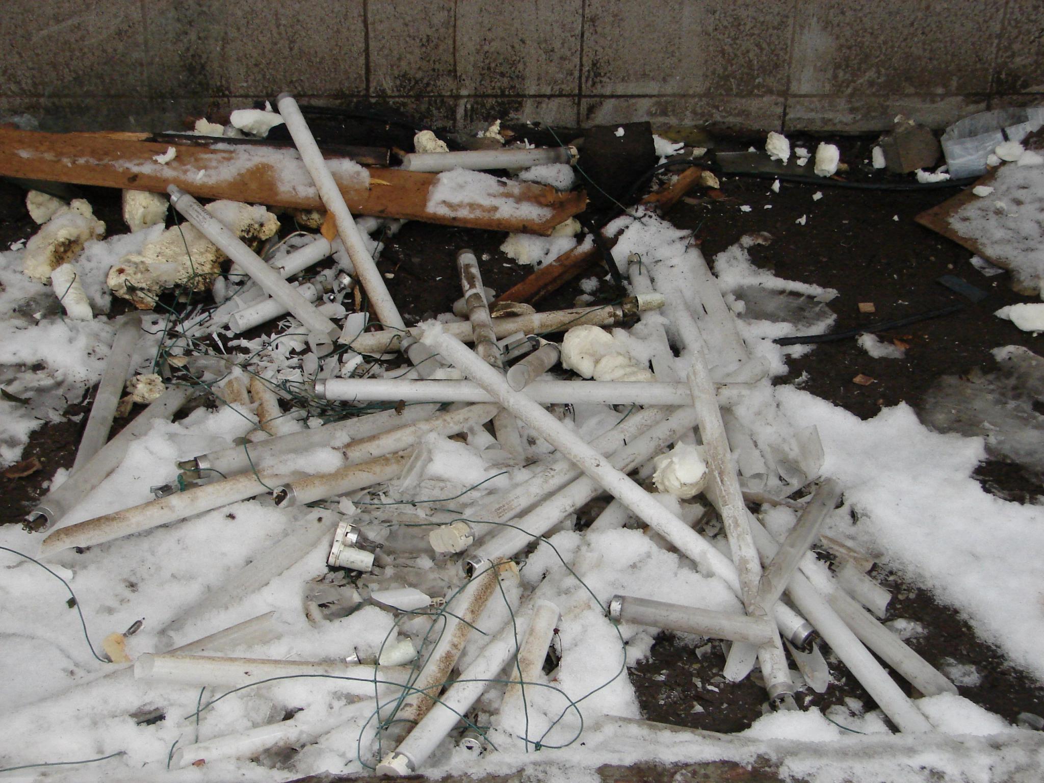 Рядом со школой в Чепецке неизвестные разбили ртутные лампы