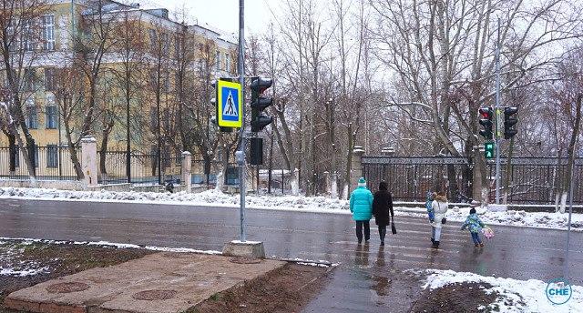 Чепчане игнорируют новый светофор у школы №4
