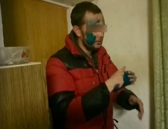 В Кирове мужчину, не заплатившего за такси, заставили умыться зеленкой