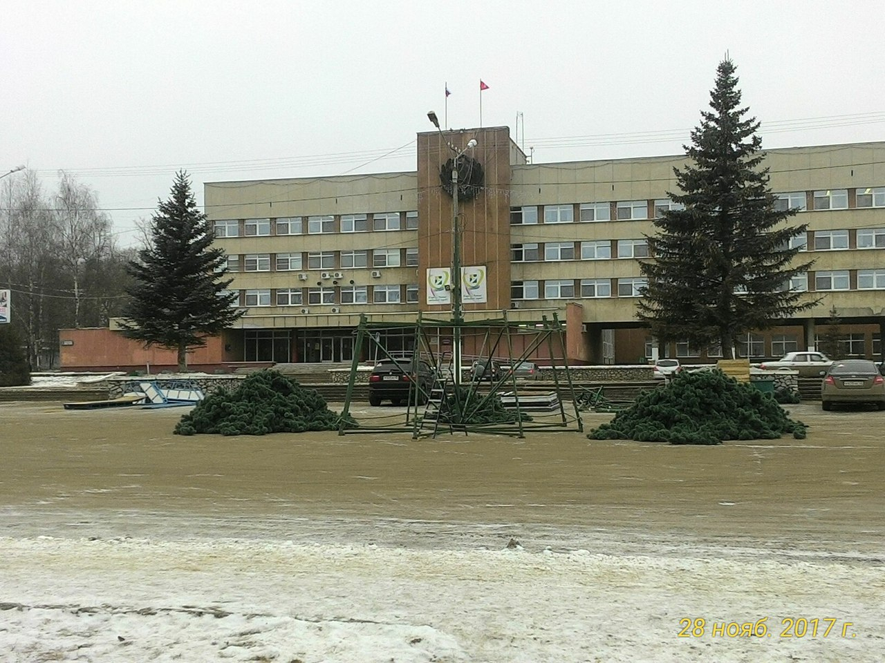В Кирово-Чепецке начали устанавливать главную городскую елку