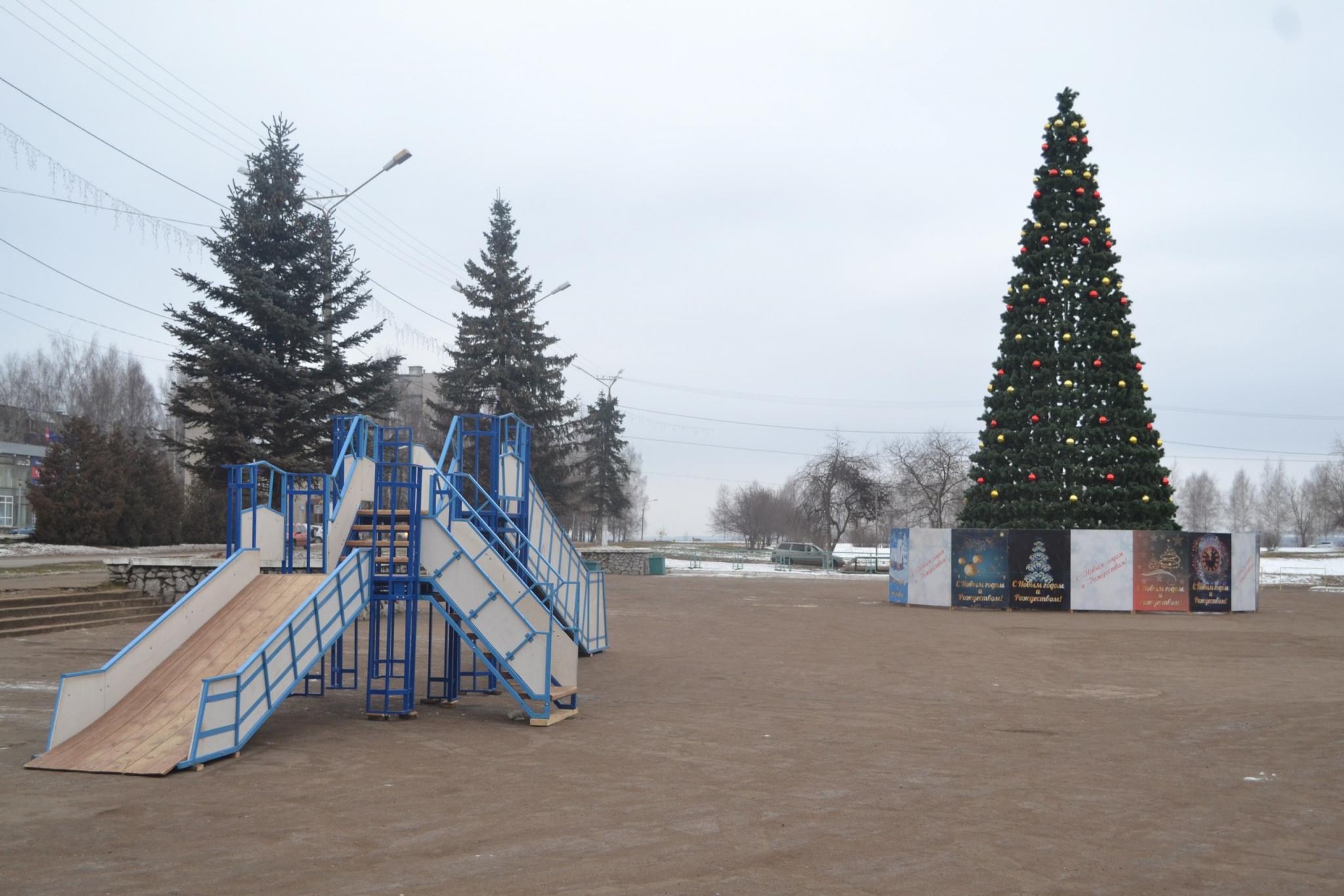 В Чепецке закончили установку главной городской елки