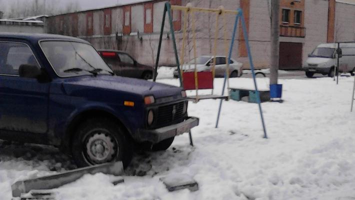 Чепчанина оштрафовали за парковку на газоне