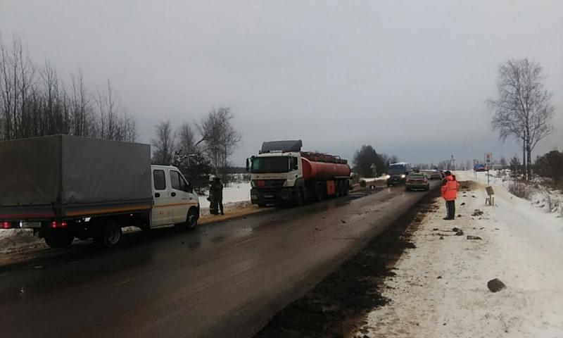 В Кировской области столкнулись грузовик и бензовоз: топливо вылилось на дорогу