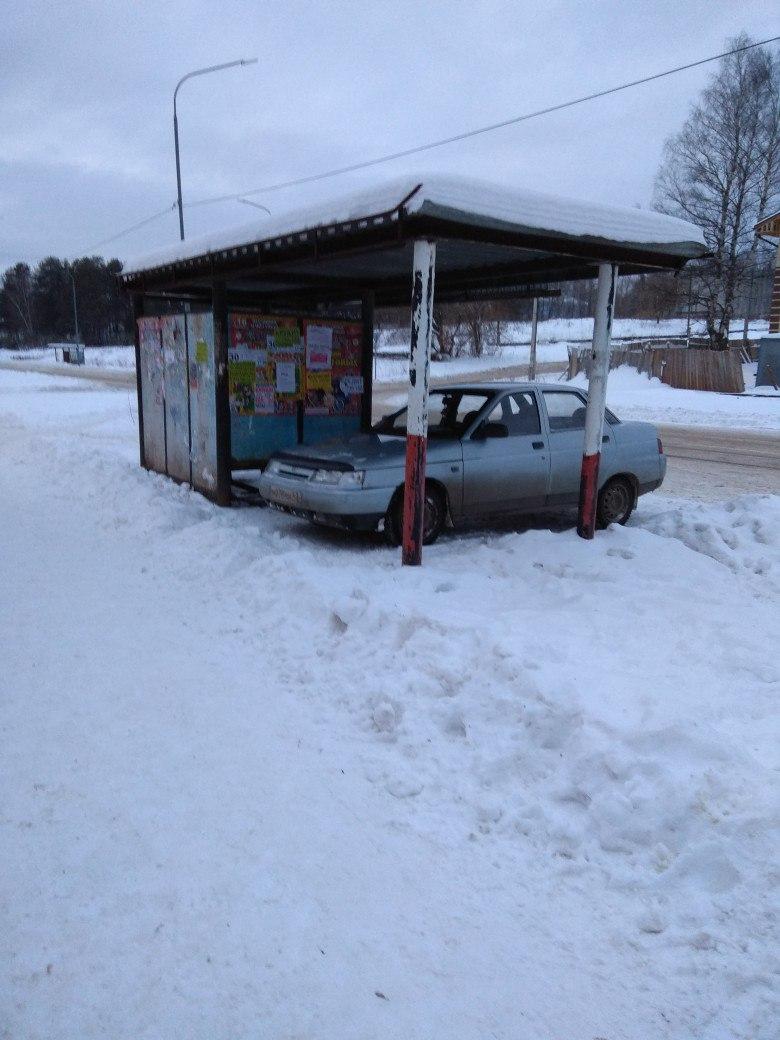 В Кирово-Чепецке водитель ВАЗа припарковался под крышей остановки