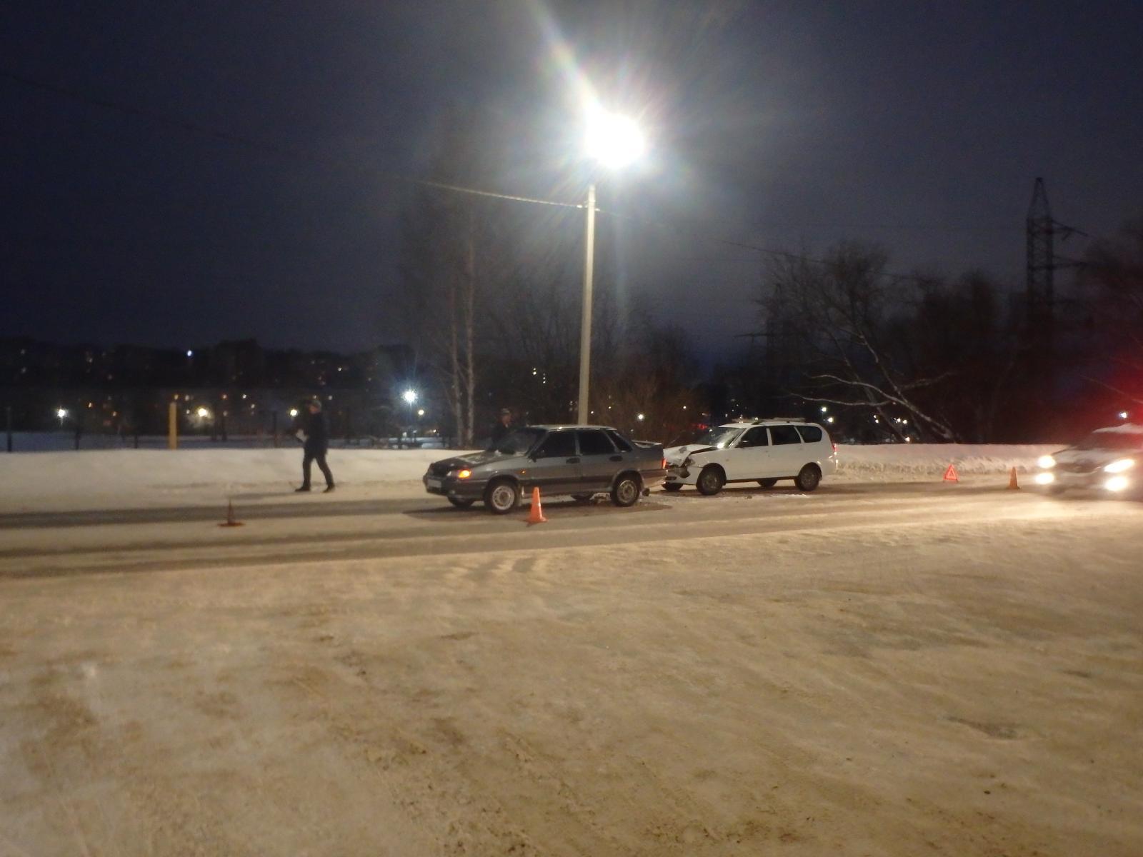 В Чепецке столкнулись два авто: пострадала 29-летняя девушка-водитель