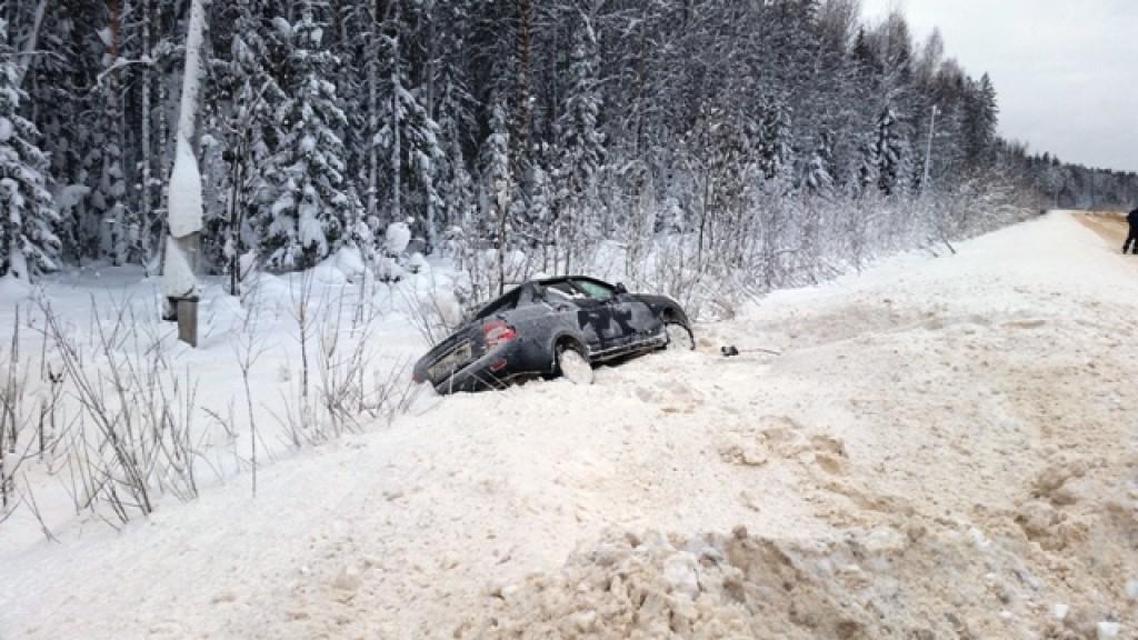 В Кировской области легковой автомобиль перевернулся и съехал в кювет