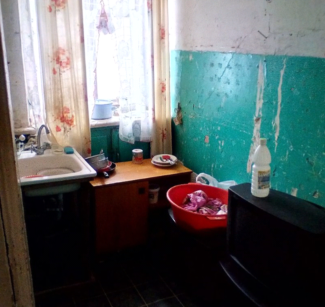 """Сирота из Шутовщины: """"Пока я жила в детдоме, нашу квартиру превратили в бомжатник"""""""