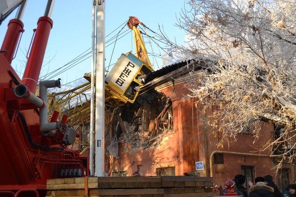 В Кирове на жилой дом упал кран: погиб машинист
