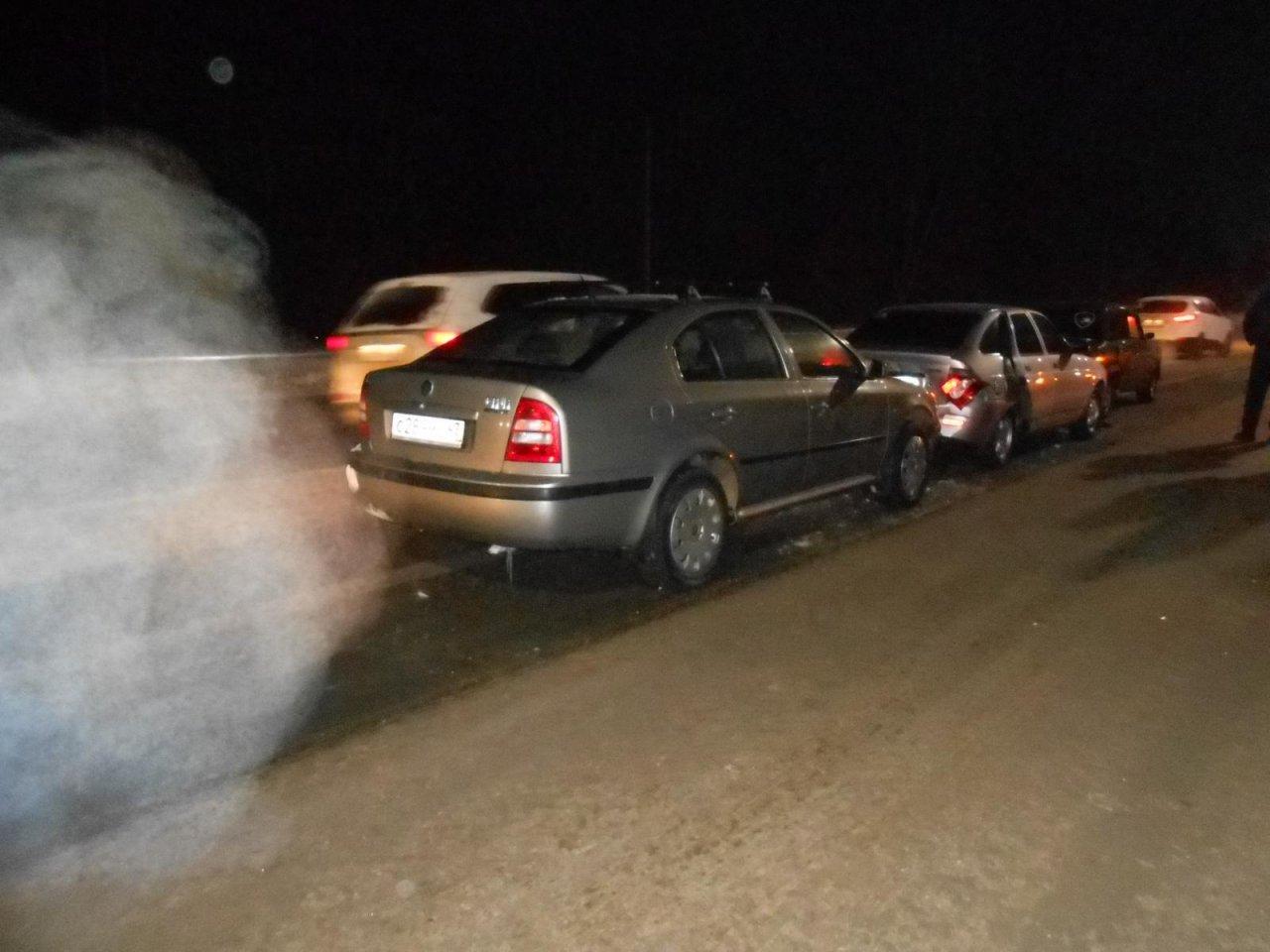 В Чепецке недалеко от поста ГИБДД произошла массовая авария