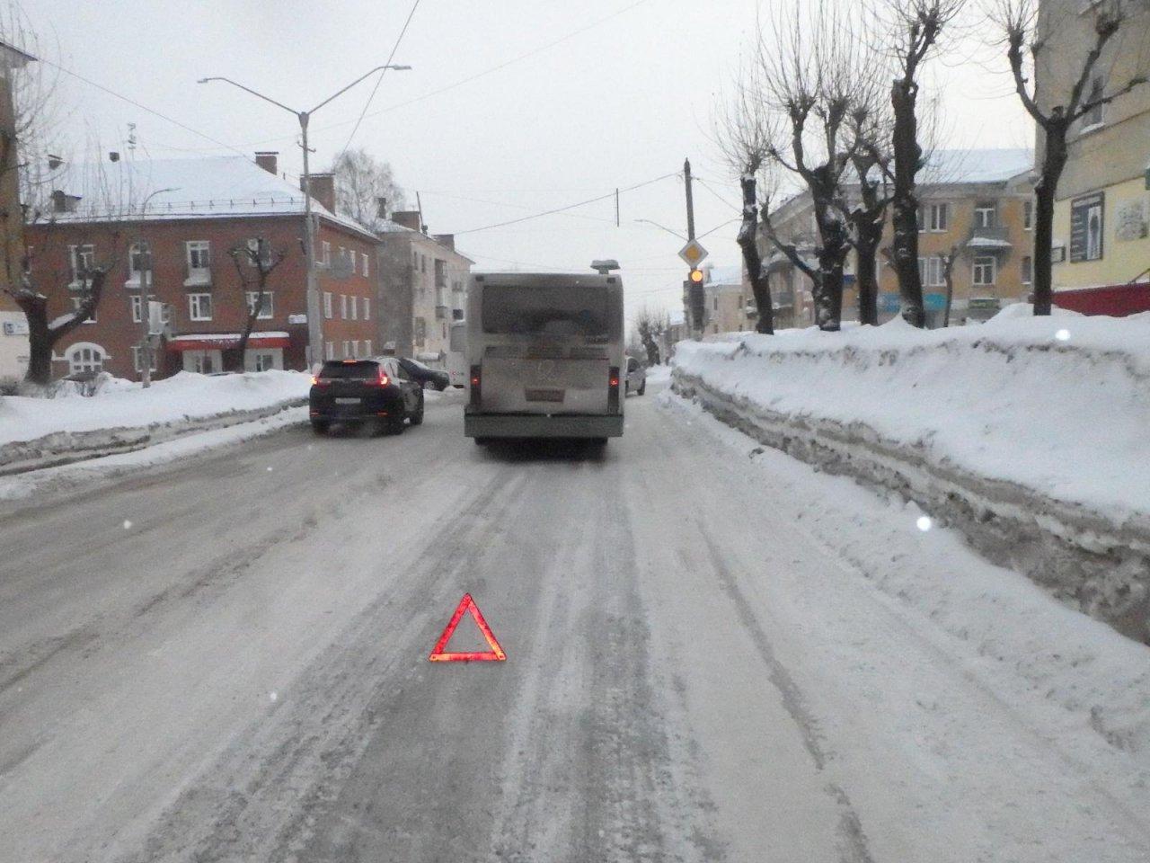 В Чепецке водитель автобуса не учел метеоусловия и въехал в иномарку