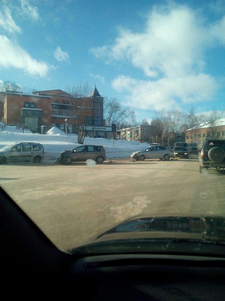В Чепецке на проспекте Мира произошла серьезная авария