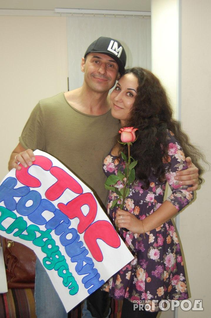 Стас Костюшкин на концерте в Кирове дарил зрителям розы