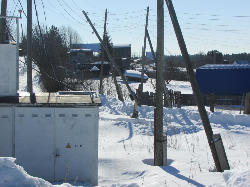 В чепецкой деревне столб повис на электрических проводах