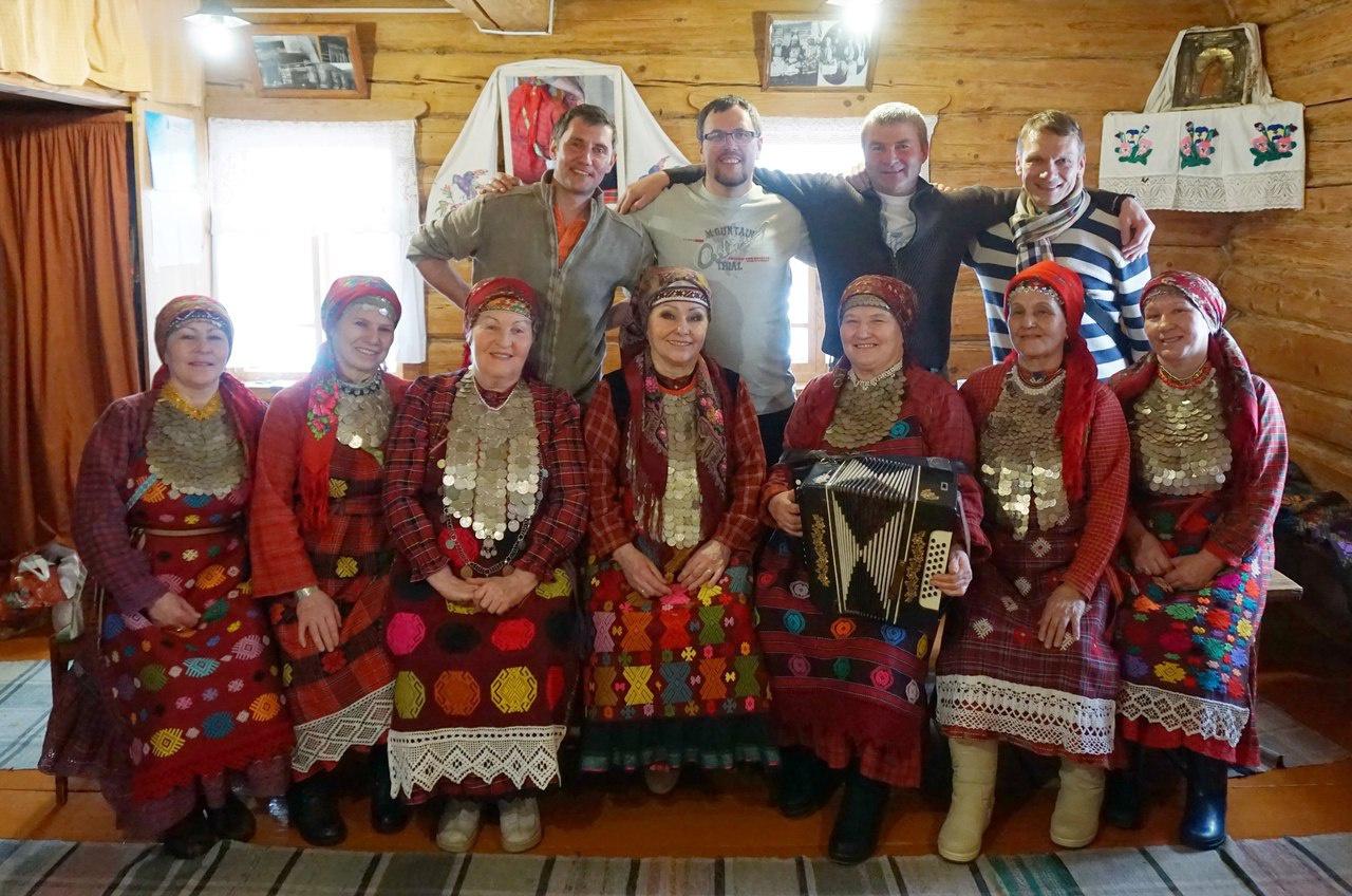 Бурановские бабушки угостили чепчанина ватрушками и самогоном